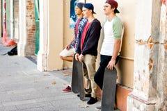 Amis adolescents se tenant à la rue Image stock