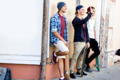 Amis adolescents se tenant à la rue Photo libre de droits