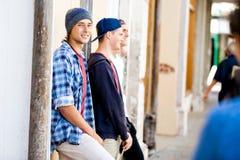 Amis adolescents se tenant à la rue Images libres de droits