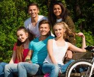 Amis adolescents sportifs en parc Images stock