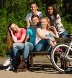 Amis adolescents sportifs en parc Photos stock