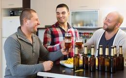 Amis adultes détendant avec de la bière Photo stock