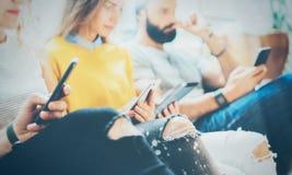 Amis adultes de hippies de groupe de plan rapproché reposant Sofa Using Modern Gadgets Concept de travail d'équipe d'amitié de dé Photo stock