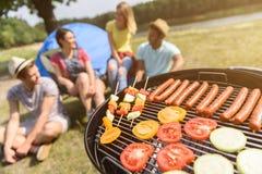 Amis affamés attendant le barbecue savoureux Photographie stock libre de droits