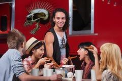 Amis affamés partageant la pizza Photos libres de droits