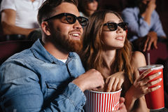 Amis affectueux concentrés de couples s'asseyant dans le cinéma Photos libres de droits