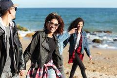 Amis africains d'ISmiling marchant dehors à la plage Photographie stock