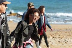 Amis africains gais marchant dehors à la plage Photos libres de droits