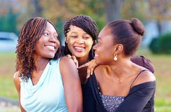 Amis africains heureux ayant l'amusement dehors Photographie stock