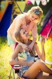 Amis agissant l'un sur l'autre les uns avec les autres au terrain de camping Photos libres de droits