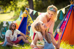 Amis agissant l'un sur l'autre les uns avec les autres au terrain de camping Images stock