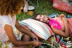 Amis agissant l'un sur l'autre les uns avec les autres au terrain de camping Image libre de droits