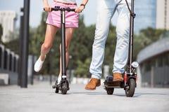 Amis agréables à l'aide des scooters, Photo stock