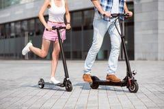 Amis agréables à l'aide du scooter Photographie stock