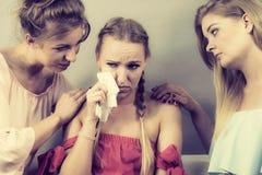 Amis aidant la femme triste Photo stock