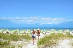 Amis allant à la plage des vacances d'été Photographie stock