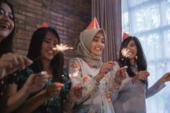 amis allumant des cierges magiques ensemble célébration Photos libres de droits