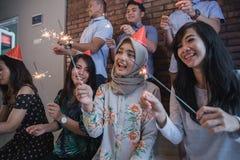 amis allumant des cierges magiques ensemble célébration Image libre de droits