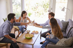 Amis amusants de couples à la maison Photos stock
