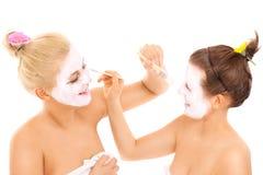 Amis appliquant les masques faciaux Photographie stock libre de droits