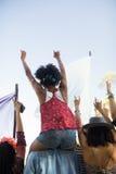 Amis appréciant contre le ciel au festival de musique Photographie stock