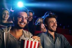 Amis appréciant dans la salle de cinéma Photo stock
