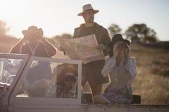 Amis appréciant dans le véhicule pendant des vacances de safari Photo libre de droits