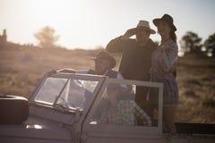 Amis appréciant dans le véhicule pendant des vacances de safari Images stock