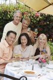 Amis appréciant des boissons au Tableau de dîner dehors Image libre de droits