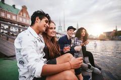 Amis appréciant des boissons aux vacances Photographie stock libre de droits