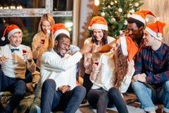 Amis appréciant des boissons de Noël dans la barre Photo libre de droits