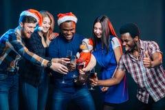 Amis appréciant des boissons de Noël dans la barre Image libre de droits