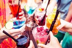 Amis appréciant des cocktails à une partie Photographie stock libre de droits