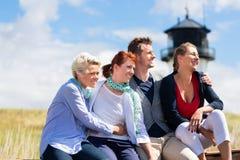 Amis appréciant des vacances à la Mer du Nord allemande Image stock