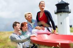 Amis appréciant des vacances à la plage de la Mer du Nord Photos libres de droits