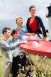 Amis appréciant des vacances à la plage de la Mer du Nord Photo stock