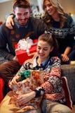 Amis appréciant des vacances de Noël Photos stock