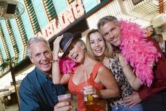 Amis appréciant devant le casino Photos libres de droits