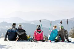 Amis appréciant en nature neigeuse Photos libres de droits