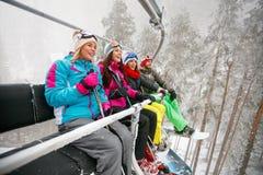 Amis appréciant en quelques vacances d'hiver Ils montent vers le haut du remonte-pente à s Photo libre de droits