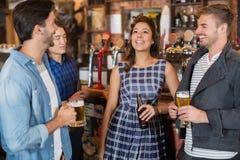Amis appréciant ensemble dans le bar Photo libre de droits
