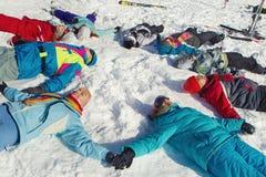 Amis appréciant l'hiver Images libres de droits