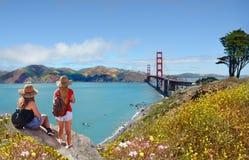 Amis appréciant la belle vue des vacances augmentant le voyage Photographie stock libre de droits