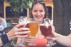 Amis appréciant la bière Photos stock