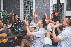 Amis appréciant la partie brithday et chantant ensemble Photo libre de droits
