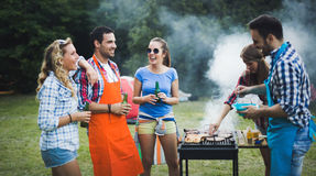 Amis appréciant la partie de BBQ Photo stock