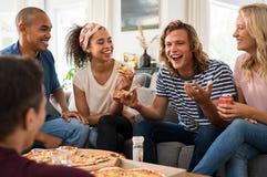 Amis appréciant la partie de pizza Images libres de droits