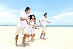Amis appréciant la plage ensemble Images libres de droits