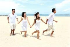 Amis appréciant la plage ensemble Photo libre de droits