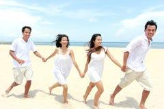 Amis appréciant la plage ensemble Photos stock